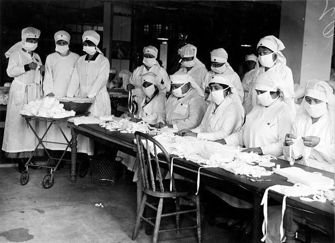 3. Boston, Massachusetts : Des femmes volontaires de la Croix-Rouge fabriquent des masques pour les soldats.
