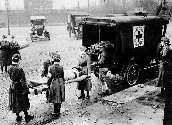 4 .Saint-Louis, Missouri: Personnel et ambulance de la Croix-Rouge.