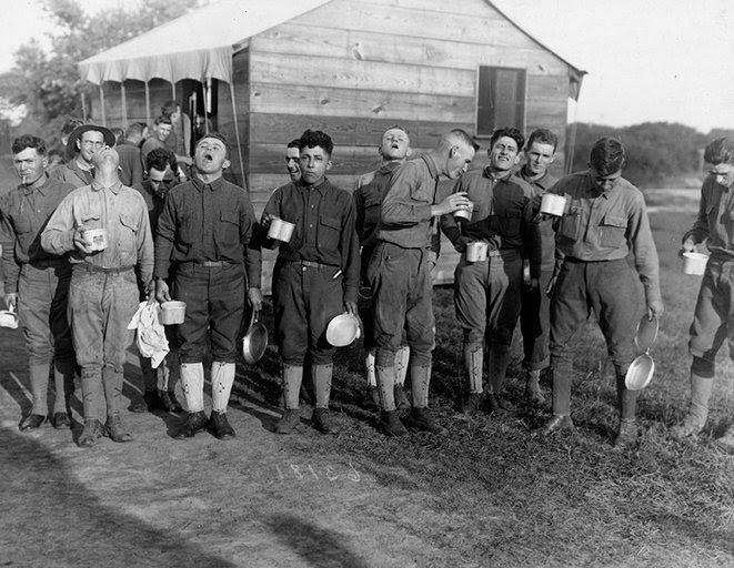 8. Camp Dix, New Jersey : Des soldats se gargarisent avec de l'eau salée en prévention de la grippe.
